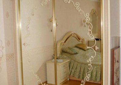 2000. Гардероб по поръчка с плъзгащи огледални врати с принтирани орнаменти със златни рамки