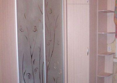2002. Гардероб по поръчка с плъзгащи матирани огледални врати с орнаменти
