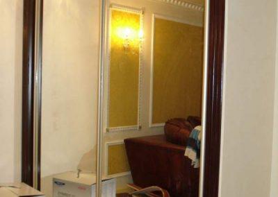 2003. Ниша затворена с плъзгащи огледални врати по поръчка