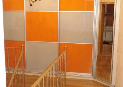 2004. Гардероб по поръчка с плъзгащи врати със стъкло лакобел оранжево и слонова кост