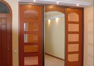 2007. Гардероб по поръчка с плъзгащи врати ПДЧ и огледало