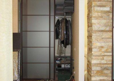 2008. Малка гардеробна ниша затворена с плъзгащи врати с матирани стъкла по поръчка