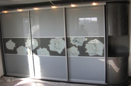 2009. Гардероб по поръчка с плъзгащи врати с принт стъкло