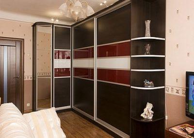 2010. Гардероб по поръчка с плъзгащи врати ПДЧ венге и стъкло лакобел червен и бял