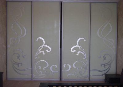 2011. Затваряне на ниша с плъзгащи врати със стъкло лакобел крем и принт елементи по поръчка