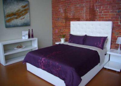2100. Спалня по поръчка от МДФ бял гланц и тапицирано легло