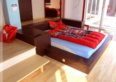 2108. Обзавеждане за спалня по поръчка от МДФ фурнир цвят орех
