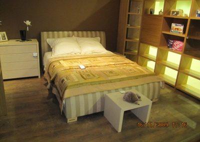 2109. Обзавеждане за спалня по поръчка от МДФ слонова кост мат и тапицирана спалня в райе