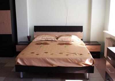 2116. Обзавеждане за спалня по поръчка от ПДЧ млечен дъб и венге