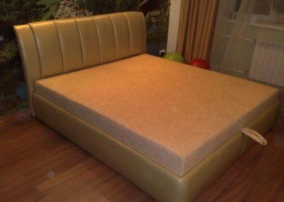 2117. Тапицирано легло по поръчка със златисто жълта кожа