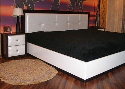 2121. Спалня и нощни шкафчета по поръчка от бяла кожа и МДФ цвят тъмен орех