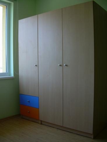 2410. Гардероб за детска стая по поръчка от ПДЧ бреза,синьо и оранжево