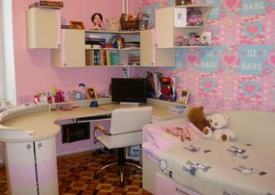 2424. Обзавеждане за детска стая по поръчка от МДФ розов и бежов гланц с огънати елементи
