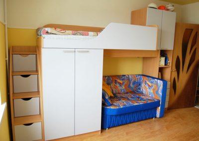 2429. Обзавеждане за детска стая по поръчка от ПДЧ бук и МДФ светло синьо мат
