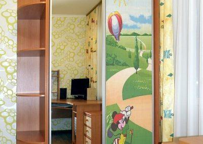 2444. Обзавеждане за детска стая по поръчка с гардероб с плъзгащи врати и принт стъкла