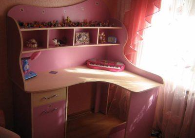 2451. Ъглово детско бюро по поръчка в розово