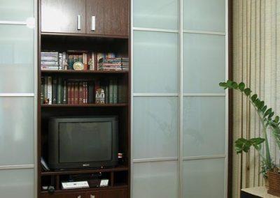 2525. Тв секция по поръчка от ПДЧ венге и плъзгащи врати с матирано стъкло(обзавеж