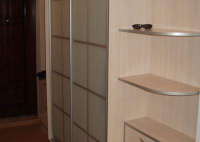 2603. Обзавеждане за антре(коридор) по поръчка ПДЧ млечен дъб и плъзгащи врати с матирани стък