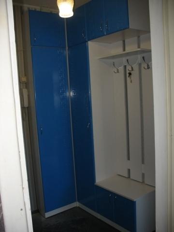 2625. Обзавеждане за антре(коридор) по поръчка ПДЧ бяло и МДФ синьо гланц