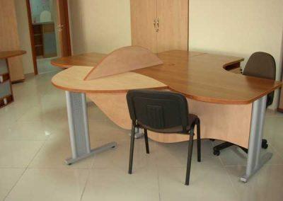 2705. Офис мебели по поръчка от ПДЧ орех и светла ябълка