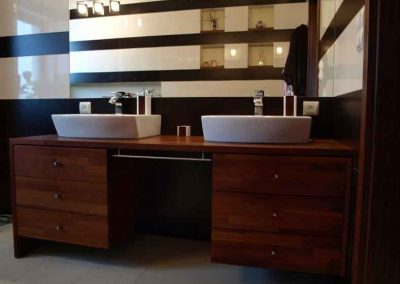 2802. Шкаф за баня по поръчка от МДФ естествен фурнир