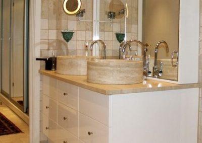 2805. Шкаф за баня по поръчка от МДФ или PVC бял гланц с плот естествен камък мрамор