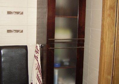 2808. Колонен шкаф за баня по поръчка от МДФ естествен фурнир цвят махагон
