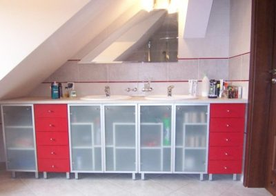 2811. Шкаф за баня по поръчка от МДФ или PVC червен мат и алуминиеви рамки с матирано стъкло с плот изкуствен камък