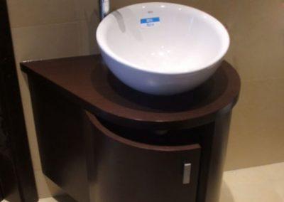 2813. Шкаф за баня по поръчка с огънати врати от МДФ кафяво мат с плот технически камък