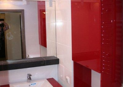 2817. Шкаф за баня по поръчка от МДФ или PVC бял и червен гланц