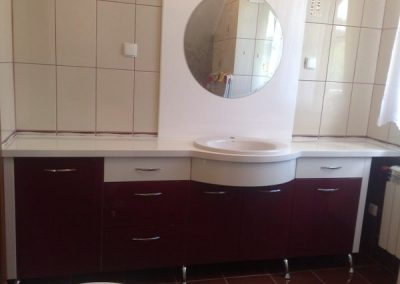 2818. Шкаф за баня по поръчка от МДФ бял гланц и МДФ естествен фурнир махагон