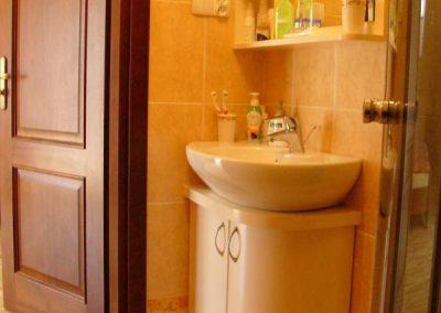 2819. Шкаф за баня по поръчка с огънати врати от МДФ бял мат