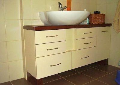 2820. Шкаф за баня по поръчка от МДФ крем мат с плот от МДФ естествен фурнир