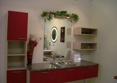 2833. Шкаф за баня по поръчка от МДФ или PVC крем и червено мат с плот от технически камък