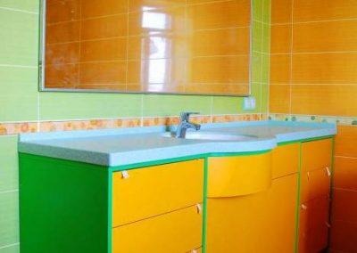 2838. Шкаф за баня по поръчка от МДФ или PVC зелено и жълто гланц с плот изкуствен камък