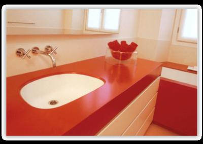 2840. Шкаф за баня по поръчка от МДФ или PVC бяло и червено мат с плот от изкуствен камък