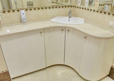 2841. Шкаф за баня по поръчка с огънати врати от МДФ бял гла