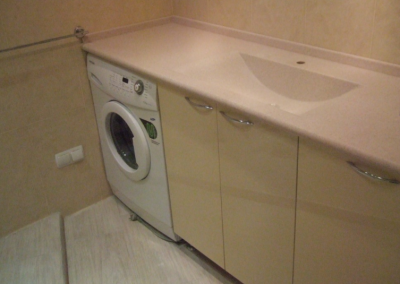 2843. Шкаф за баня по поръчка от МДФ или PVC слонова кост с плот технически камък
