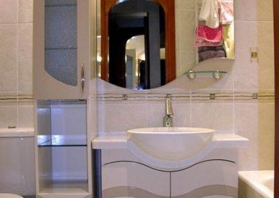 2845. Шкаф за баня по поръчка от МДФ или PVC бял гланц с орнаменти и плот изкуствен камък