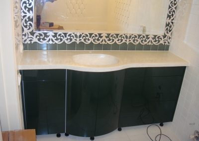 2847. Шкаф за баня по поръчка с огънати врати от МДФ черен гланц с плот от изкуствен камък и огледало с орнаменти