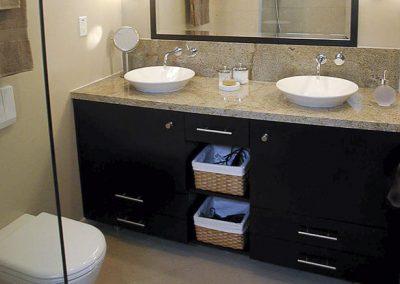 2851. Шкаф за баня по поръчка от МДФ или PVC черно мат с плот технически камък
