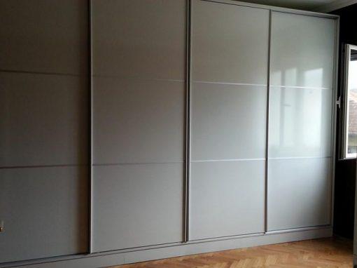 Гардероб с плъзгащи врати в бяло