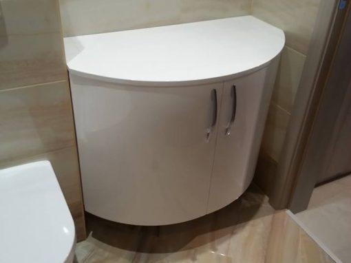 Шкафове за баня по поръчка с огънати врати