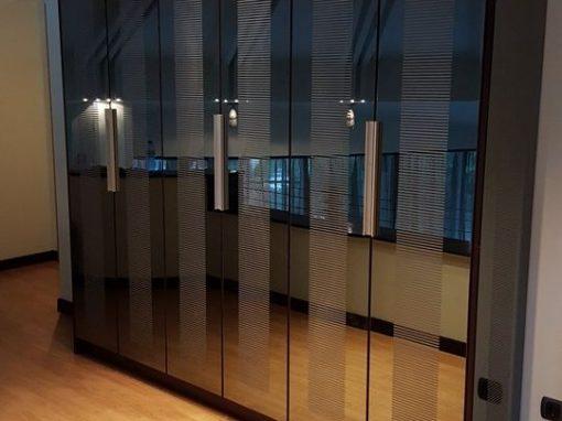 Огледален гардероб за книги по поръчка