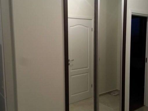 Гардероб с огледални плъзгащи врати