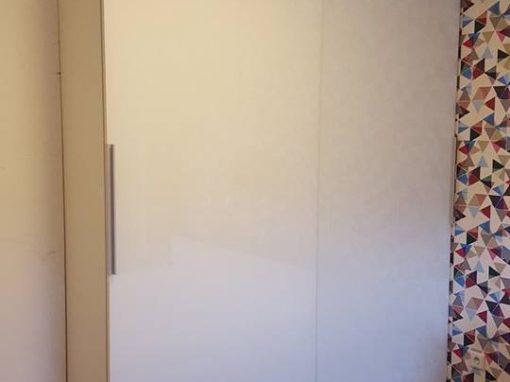 Гардероб с плъзгащи врати и бяло стъкло лакобел по поръчка