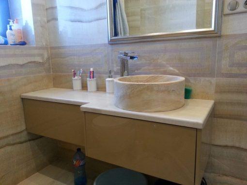 Шкаф за баня по поръчка с плот и мивка от естествен камък
