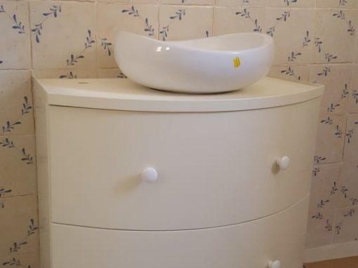 Шкаф за баня с извити чекмеджета