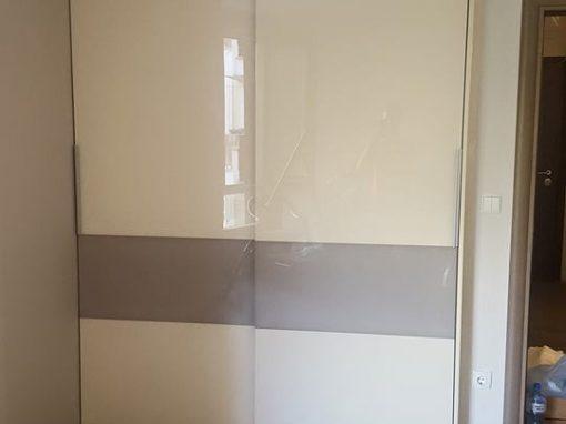 Гардероб по поръчка със стъклени плъзгащи врати