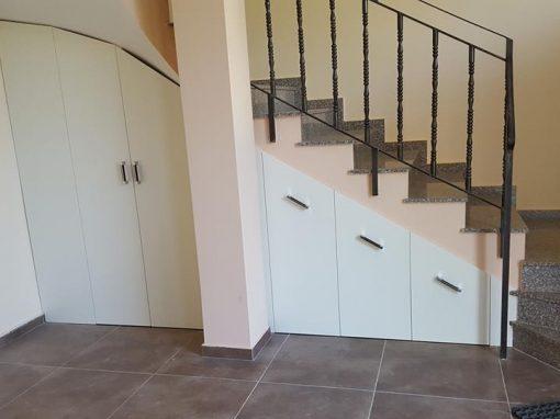 Изработка на шкафове в подстълбищно пространство